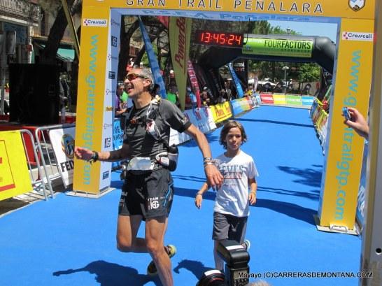 Alvaro cruza meta con Iñigo. Campéon España Ultra Veteranos 2015. Foto: mayayo.