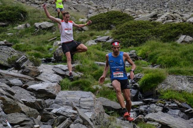 Tom Owens ataca Aritz Egea en el descenso. Foto: Skyrunning.