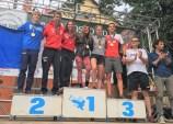 Dani Osanz y Laia Gonfaus medalla de Oro 🥇 colgada posando junto a los otros campeones. @fedme_es