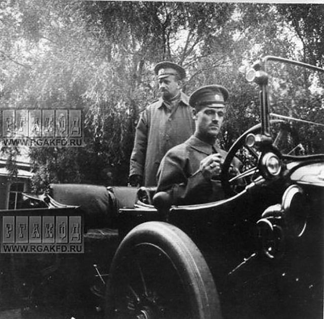 1915. Великий  князь Михаил Александрович (в автомобиле) и Великий  князь Борис Владимирович у автомобиля перед отъездом из Гатчины .