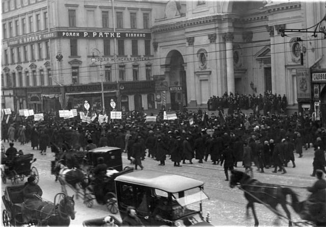 1915. Санкт-Петербург. Манифестация после объявления Германией блокады Англии . Санкт-Петербург.