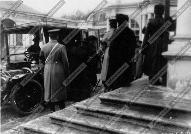 1911. Великая княгиня Мария Павловна выходит из автомобиля Делоне-Бельвиль . Санкт-Петербург.