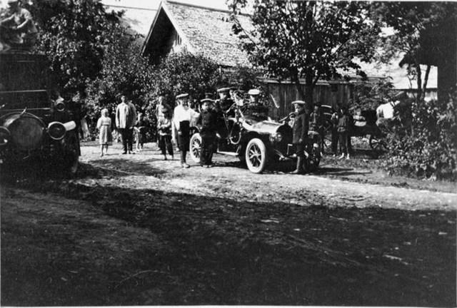 1913. Автомобили Делоне-Бельвиль и Опель   Великого князя  .Александра Михайловича  в деревне.