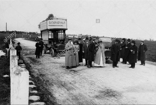 1907. Группа горожан около автобуса с плакатами, извещающими об открытии автомобильной выставки. Петербург.