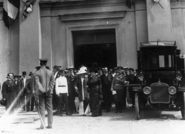 1912. Великая княгиня Мария Павловна (справа) выходит из Конногвардейского манежа, где проходила Международная пожарная выставка.