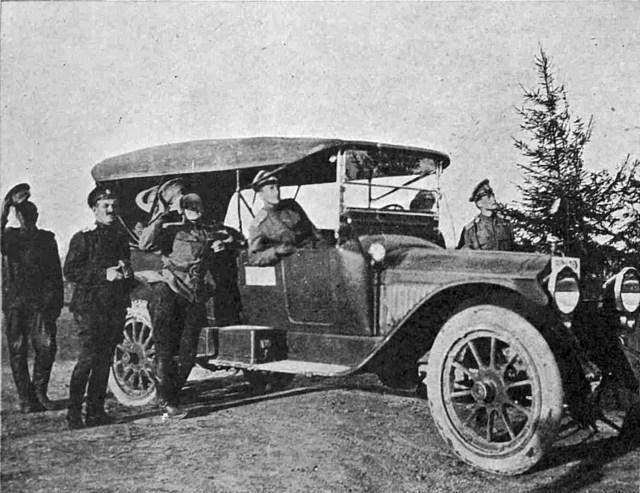 1917. Автомобиль Packard. Русские офицеры наблюдают за маневрами вражеского аэроплана.