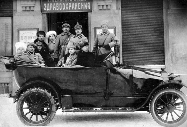 1920. Красноармейцы у здания бывшего банка Федора Веретенникова. Вятка.