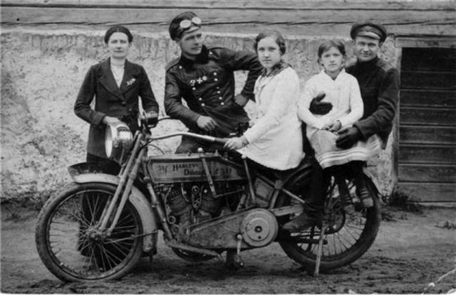 1914-1917. Георгиевский кавалер у мотоцикла Harley-Davidson .