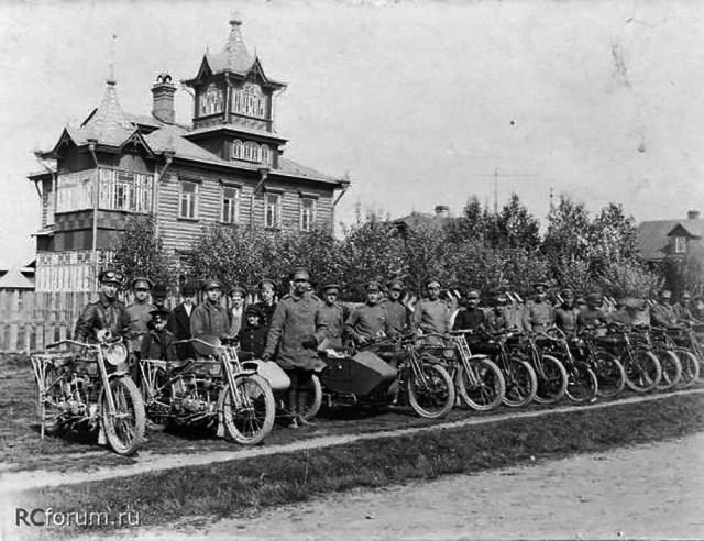 1914-1917. Мотоциклы марок  Harley-Davidson и Indian школы военных мотоциклистов. в Петергофе.