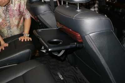 interior new innova venturer grand avanza yogyakarta resmi dipasarkan ini foto detail fitur unggulan penggunaan seatback table pada baris kedua