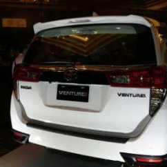 Perbedaan All New Kijang Innova G V Q Camry White Komparasi Desain Dan Mesin Toyota Venturer Vs Bumper Yang Dikelilingi Oleh Aksen Hitam Hadirnya Garnish Di Atas Pelat Belakang Tidak Ditemukan Pada Tipe Lainnya
