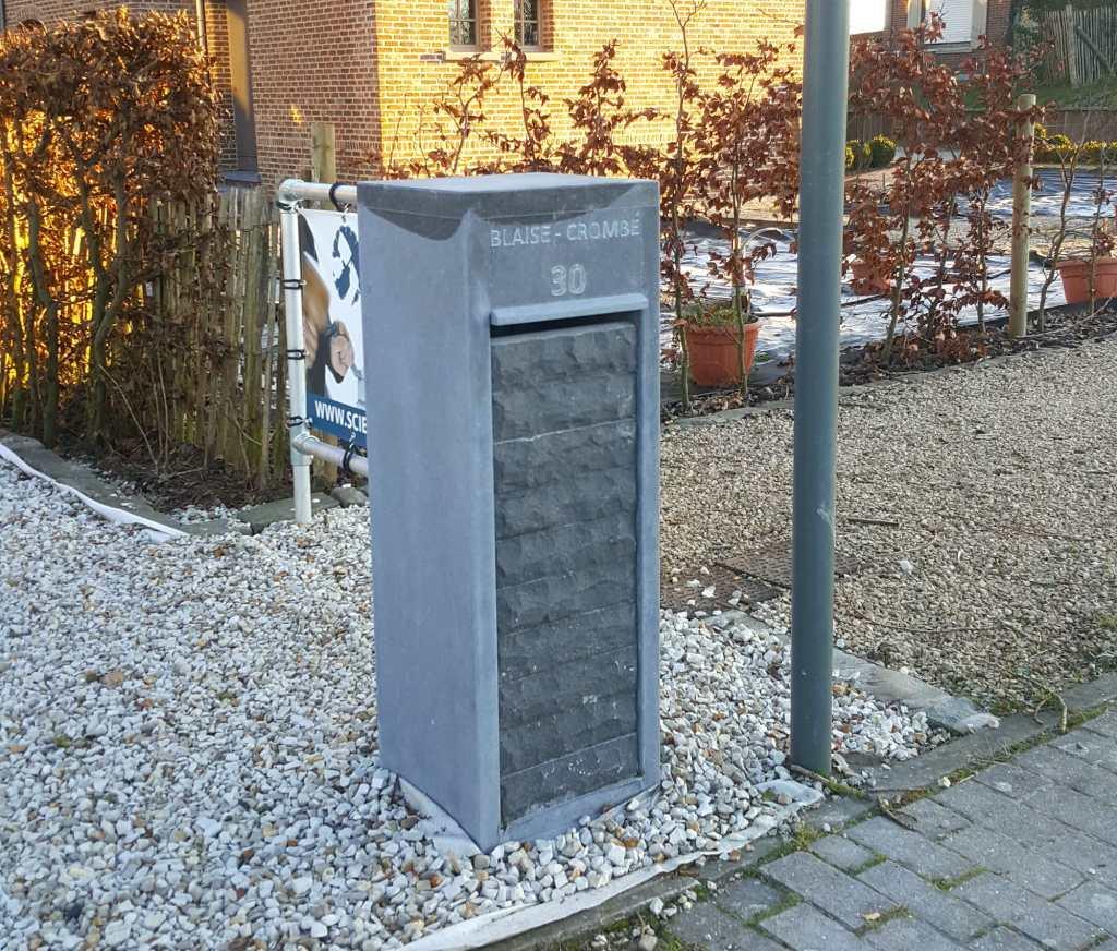 Boîte aux lettres en pierre bleue de Belgique