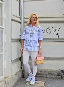 Striped-Blouse-Volant-White-Pants-Sneakers-Pearls-Stripes-Fashion-Socks-carrieslifestyle-Tamara-Prutsch