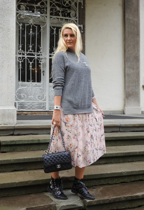 Floral-Print-Dress-Chanel-Bag-Studs-Studded-Boots-Jessica-Buurman-Grey-Sweater-FAll-Look-carrieslifestyle-Tamara-Prutsch