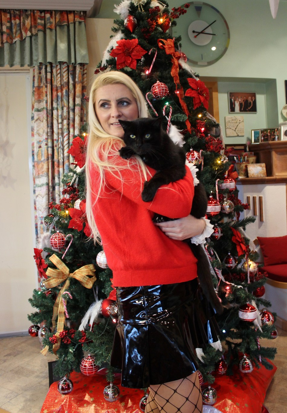 Christmas-Tree-Cookies-Red-Vinyl-Patent-Leather-Skirt-fishnet-Stockings-Decor-carrieslifestyle-Tamara-Prutsch
