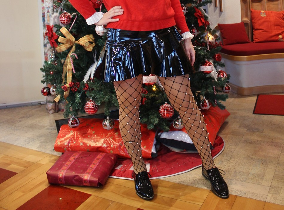 Christmas-Tree-Cookies-Red-Vinyl-Patent-Leather-Skirt-fishnet-Stockings-Decor-carrieslifestyle-Tamara-Prutsch