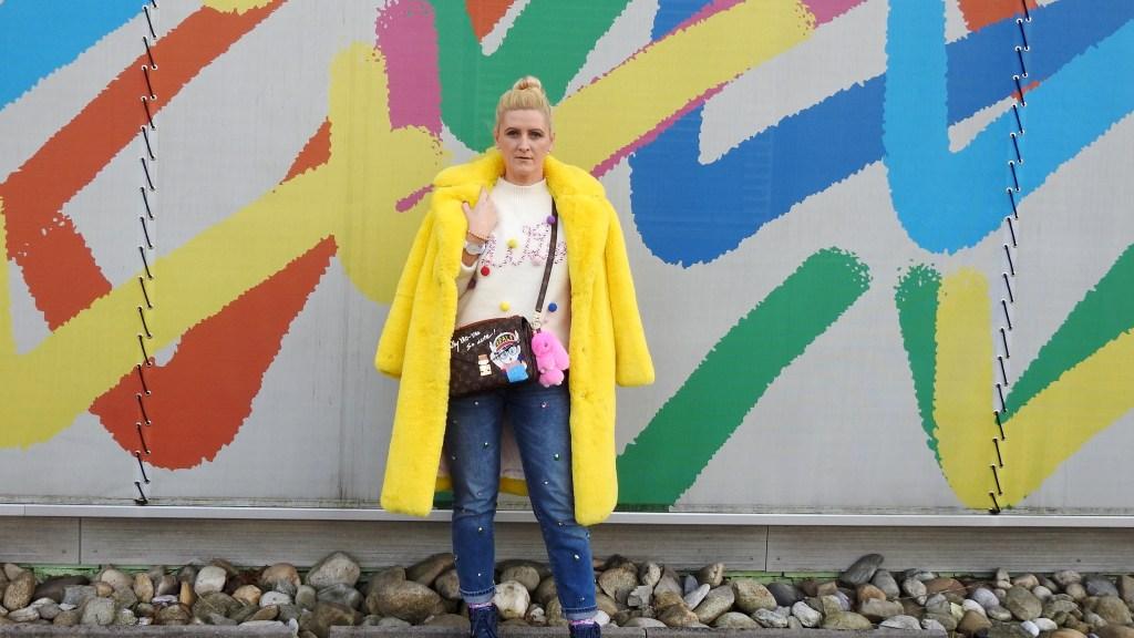 Yellow-Fakefur-Coat-Denim-Studs-Sneakers-Pompom-Sweater-Louis-Vuitton-Bag-carrieslifestyle-Tamara-Prutsch
