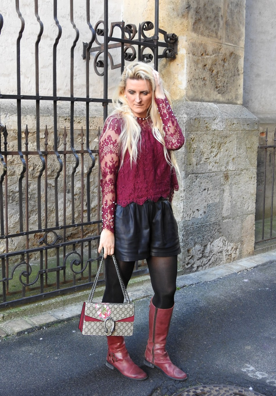 Winered-Weinrot-Gucci-Bag-Boots-Leathershorts-Pearls-Spitzentop-Lacetop-carrieslifestyle-Tamara-Prutsch