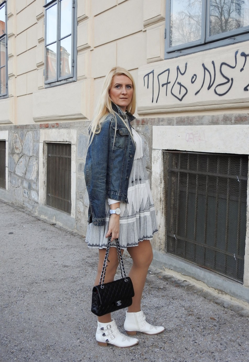 Dark-Denim-Trends-2018-Chanel-Bag-White-Leather-Boots-Weißes-Leder-Studs-Nieten-Suzanna-Chloe-Jeansjacke-Dress-carrieslifestyle-Tamara-Prutsch