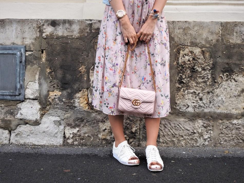 Blumenprint-Floralprint-Maxidress-H&M-Adidas-Metal-Toe-Sneakers-Gucci-Bag-Pastell-Pastellfarben-Babyblau-Rosa-Pink-Denim-Jacket-Rosegold-carrieslifestyle-Tamara-Prutsch-Schwangeschaft-Karenz-Mutterschutz
