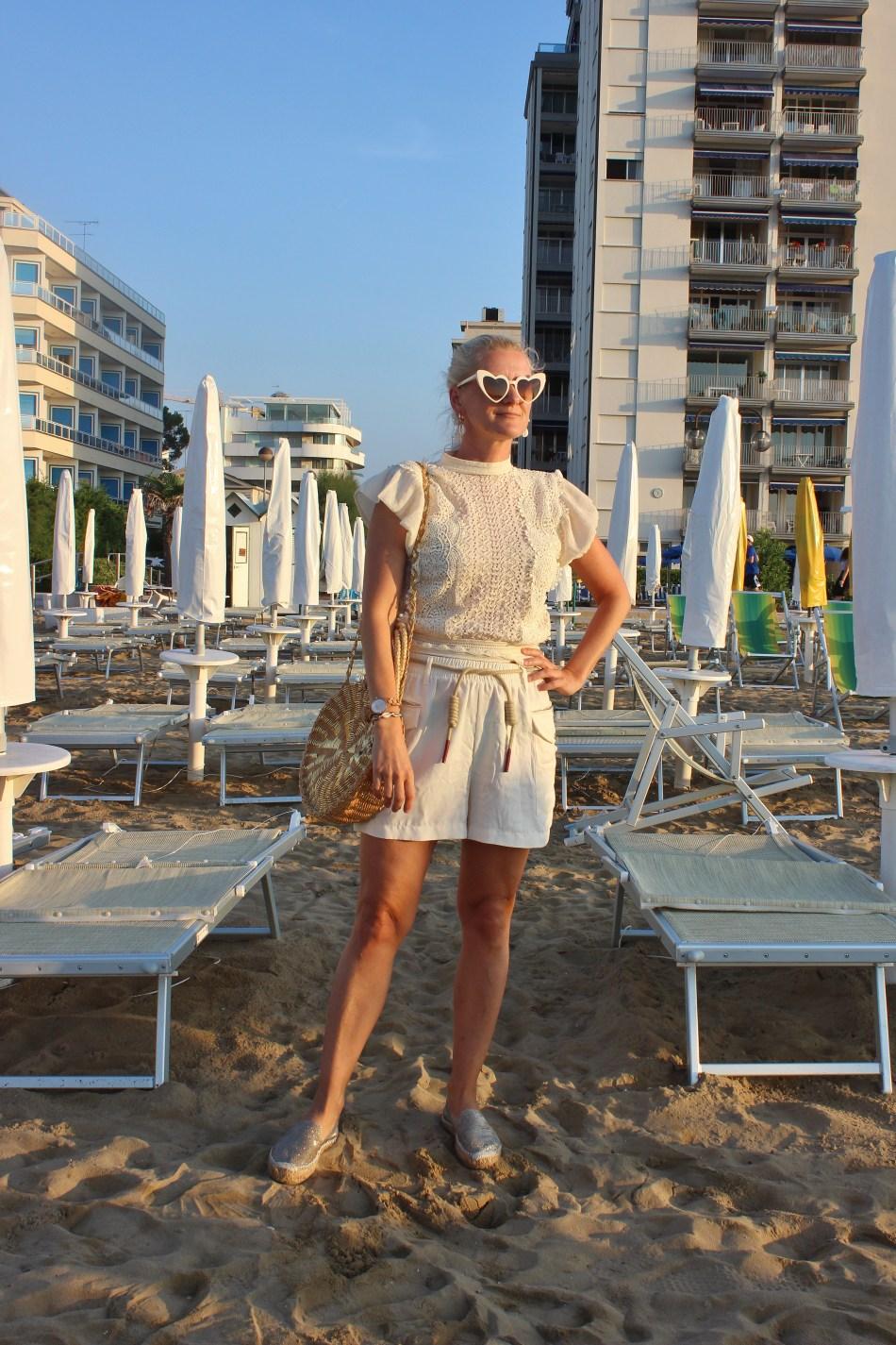 AllinWhite-Beige-Summerlook-Summerfashion-runde-Korbtasche-Espadrilles-Gold-Shorts-carrieslifestyle-Tamara-Prutsch