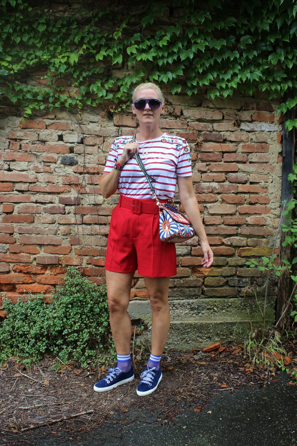 MissSicily-D&G-Bag-Sioux-Schuhe-Sneakers-Royalblau-Fashionsocks-Shorts-Zara-Rot-carrieslifestyle-Tamara-Prutsch
