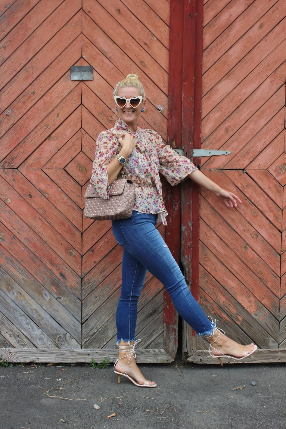 Blumenprint-Bluse-Fringed-Jeans-Strappy-Heels-YSL-Heart-Sunglasses-carrieslifestyle-TAmara-Prutsch