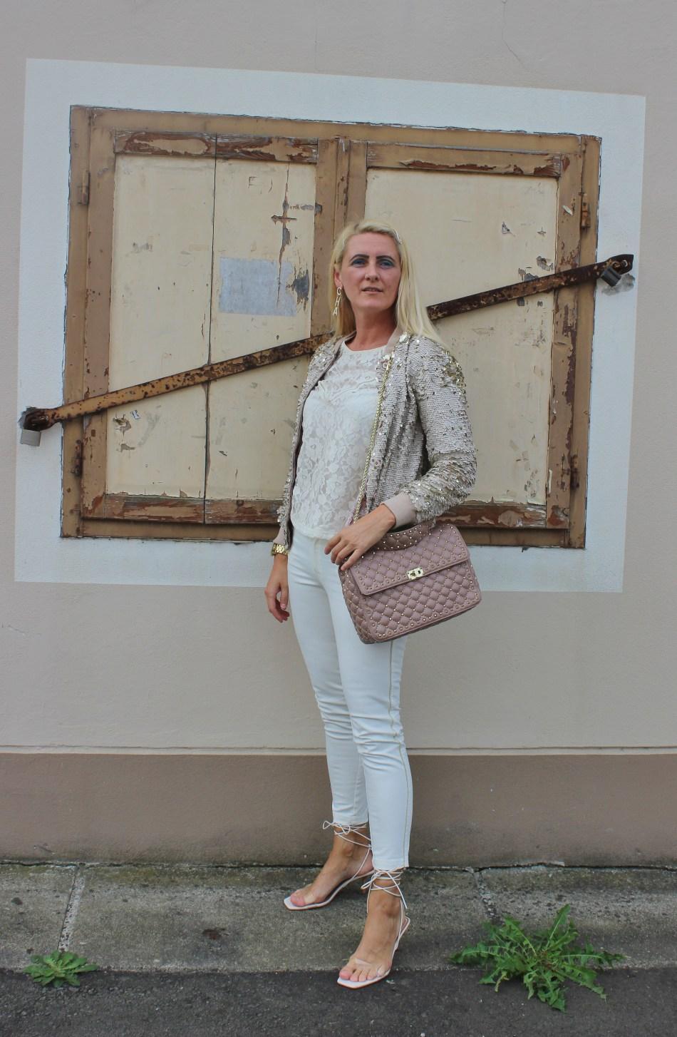 Pailletten-Bomberjacke-Strappy-Heels-Allinwhite-Valentino-Rockstud-Bag-carrieslifestyle-Tamara-Prutsch-Lace-Top