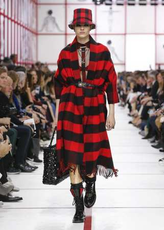 Dior-Ready-to-Wear-Kollektion-Fall-2019-Karo-Cape-Dress-Boots-carrieslifestyle-tamara-Prutsch-Streetstyle-Runway