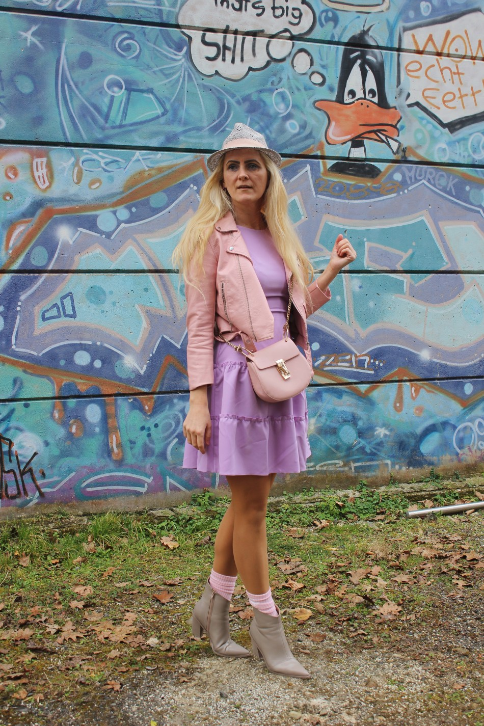 Flieder-Lavendel-Rosa-Kleid-Pastellfarben-Frühlingslook-Rosa Lederjacke- Chloe Drew Bag- Taupe Boots-carrieslifestyle-TAmara PRutsch