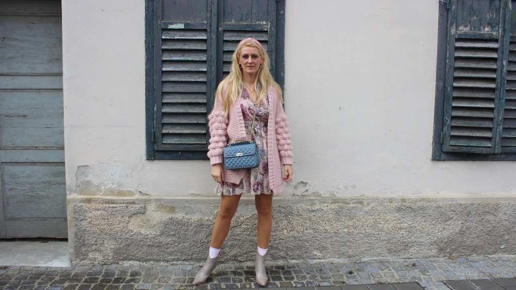 LucieandLeo-Dress-Blumenprint-Kleid-Frühlingslook-Cardigan-Rosa-Boots-Nakd-Fashion-carrieslifestyle-Tamara-Prutsch