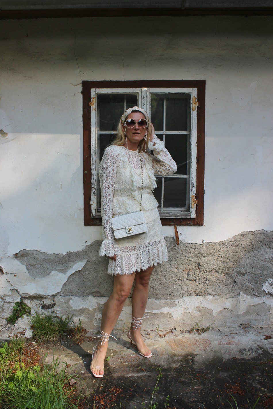 All Over White-Trends-Trendblogger-Bloggerstyle-Blogger-carrieslifestyle-Weißes Spitzenkleid- Strappy Heels-Schnürsandalen-Chanel-Bag-Perlen-Tamara-Prutsch