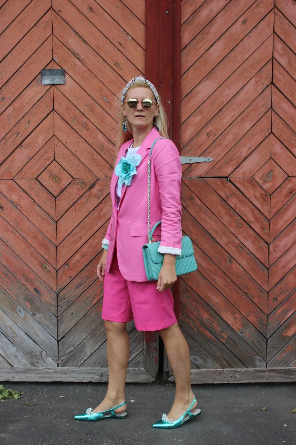 Bermudashorts-Trend-Cerise-H&M-Anzug-Pink-Mules-Perlen-Chanel Tasche-Bloggerstyle-carrieslifestyle-TAmara Prutsch-Summerlook-Summerstyle-weißes T Shirt-Blazer