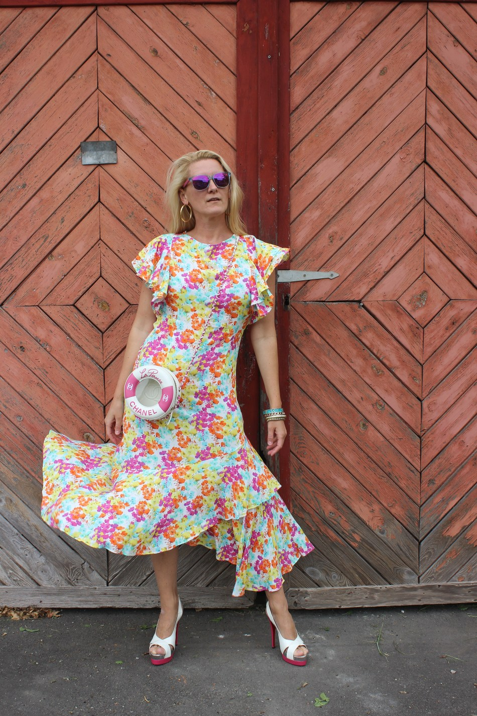 Emel Gloss-Sommerkollektion-Blumenprint Kleid-Christian Louboutin Heels-Chanel La Pausa Bag-Tasche-carrieslifestyle-Tamara-Prutsch-Bloggerstyle