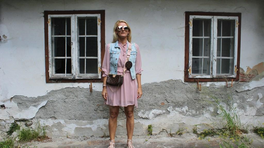 Lucie&Leo-Onlineshop-Deutschland-Volantkleid-Altrosa Kleid-Denim_Jeansjacke-carrieslifestyle-TAmara Prutsch