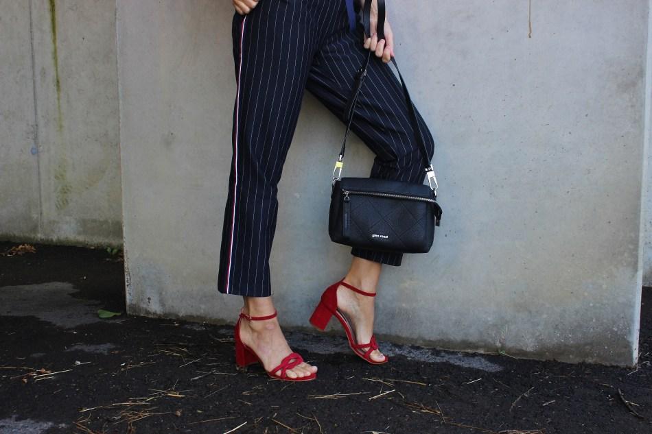 Marine Look-Maritim-Streifenshirt-Sandalen Samt Rot Gino Rossi-CCC Shoes and Bags Sandals Velvet-carrieslifestyle-Blogger-Nadelstreifen Hose-