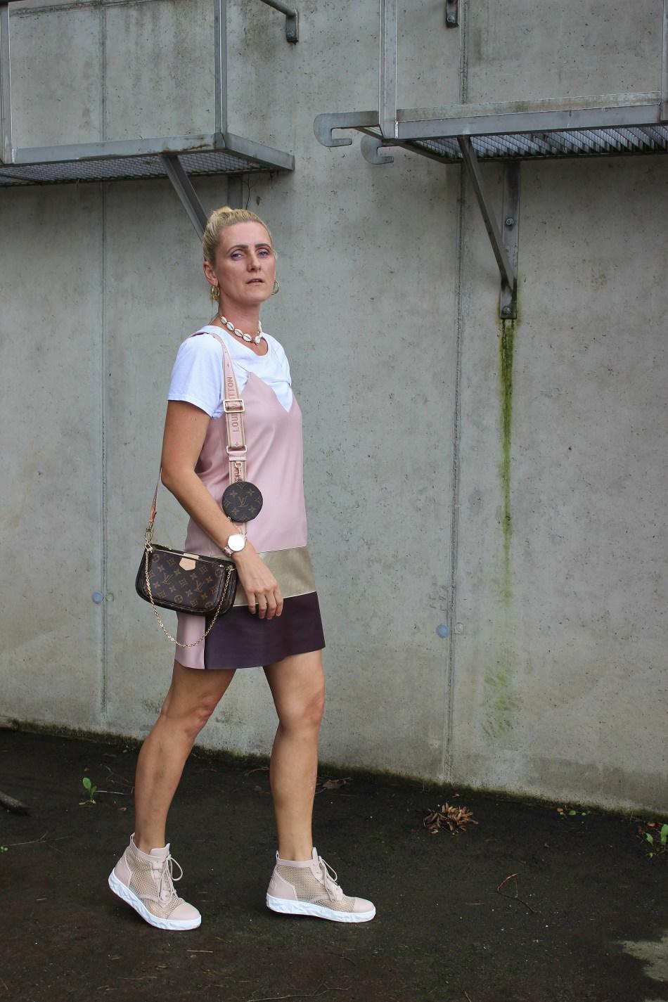 Trend Spaghettiträgerkleider-Minikleid-Sneakers-Tshirt unter Kleid-Trendblogger-carrieslifestyle-Tamara Prutsch
