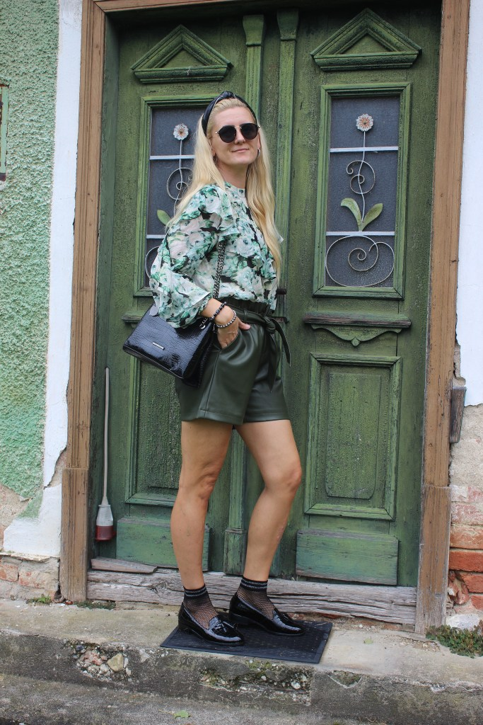 Herbsttrends 2020-Grün-Rüschenbluse-Khaki Shorts-Fashionsocks-Kroko Mules-CCC Shoes and Bags-carrieslifestyle-Tamara Prutsch-Vero Moda-Besteseller