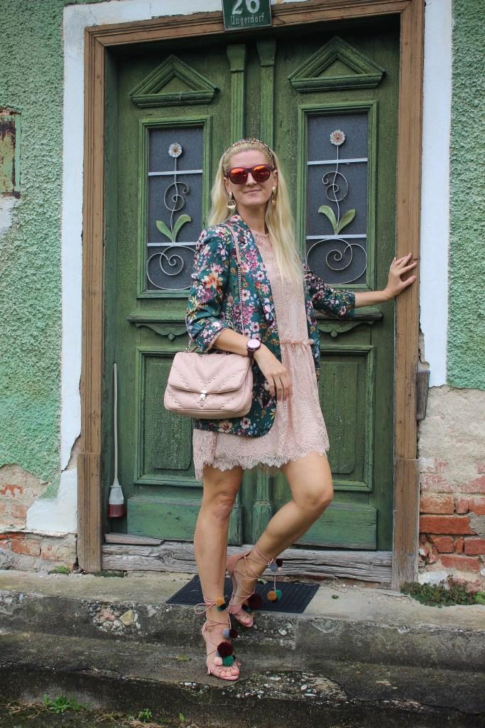 Blumenprint Blazer Trends-Trendblogger 2020-carrieslifestyle-Spitzenkleid Rose-Lacedress Rose-Pom Pom Sandals-