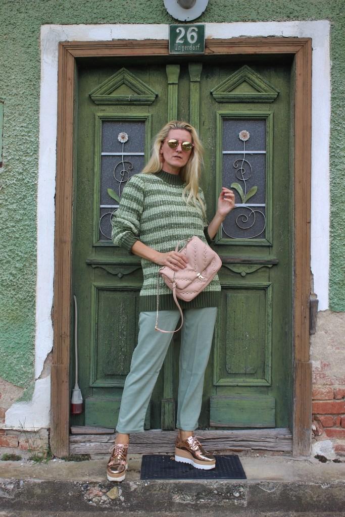 Grün-Herbstfarben Grün-Mintgrün-Gestreifter Grüner Pulli-Nakd Fashion-Metallic Shoes-Valentino Rockstuds- Bag-carrieslifestyle