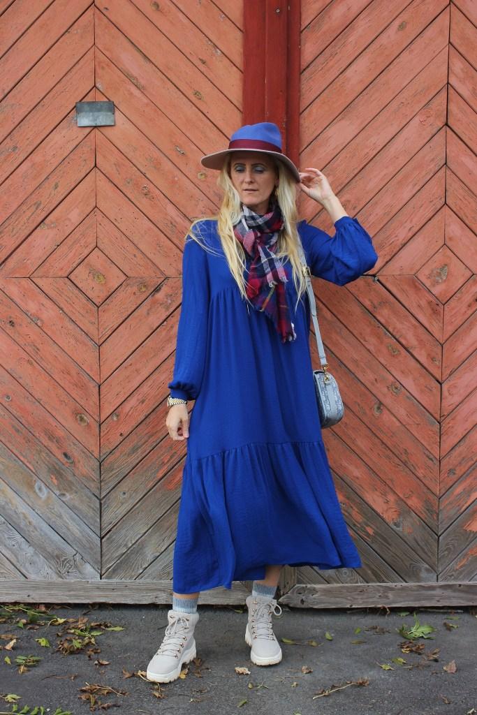 Royalblaues Maxikleid Vero Moda-Bestseller-Chunky Boots Grau-Dior Bobby Bag Grau-carrieslifestyle-TAmara Prutsch-Maxikleider