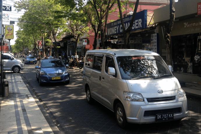 Daihatsu_Gran_max_Luxio-Toyota_Vios_Taxi-Suzuki_APV-Bali-Indonesia-street_scene-2015
