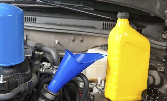 4-cara-tepat-membersihkan-mesin-mobil-yang-berkerak-karena-oli