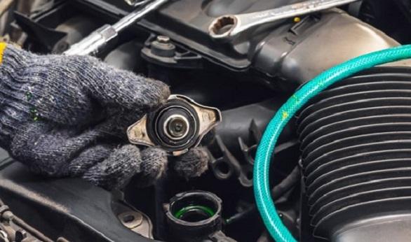 5-penyebab-air-radiator-mobil-tidak-bekerja-dan-terasa-bocor