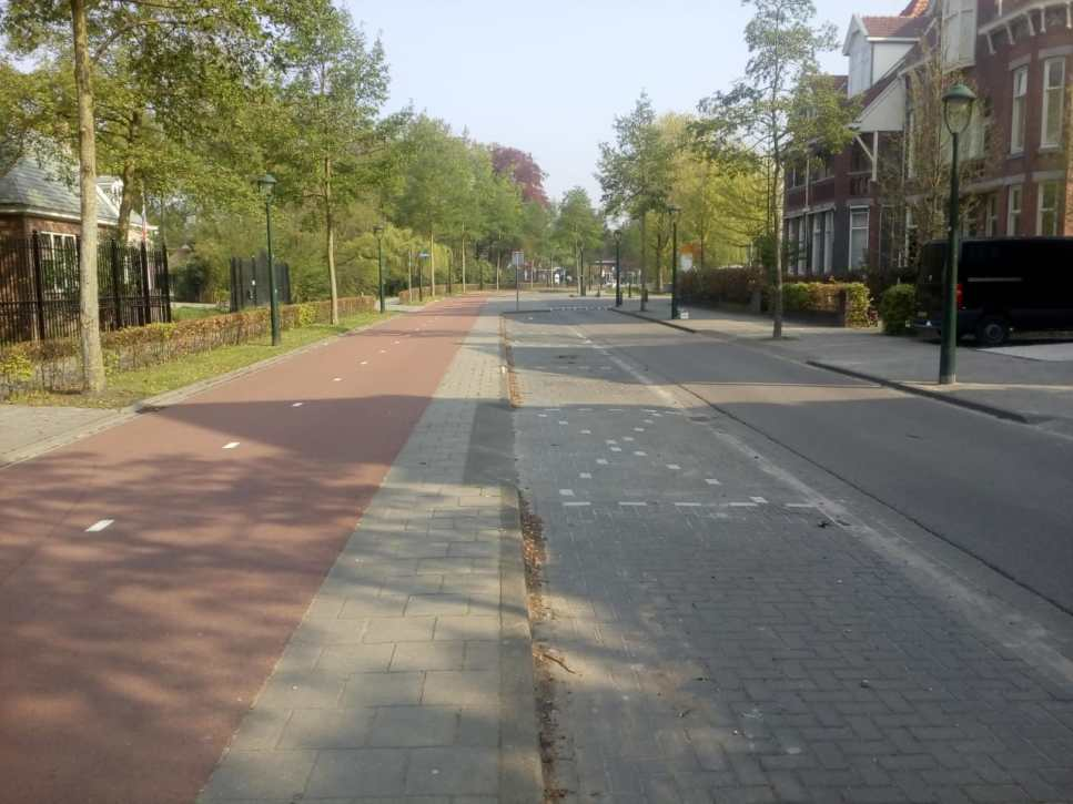 Exemplo de ciclovia protegida e as mudanças nas ruas para receber os ciclistas com segurança
