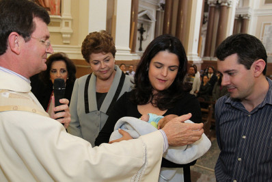 Dilma, então candidata à Presidência, participa do batizado do neto Gabriel