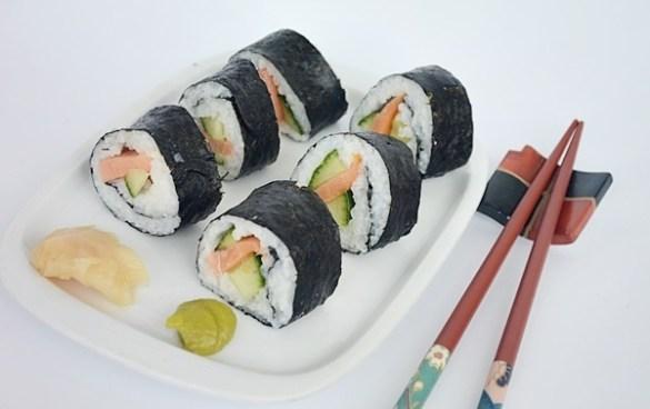Maki sushi cu somon si castraveti