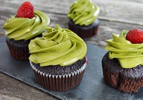 Cupcakes cu ciocolata si frosting de matcha