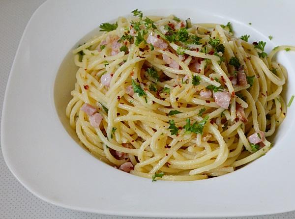 Spaghete cu bacon si usturoi