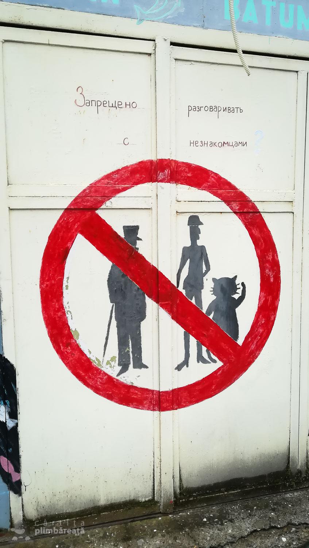 Interzis la motaniformi si cadrilati. Graffiti in apropiere de o librarie.